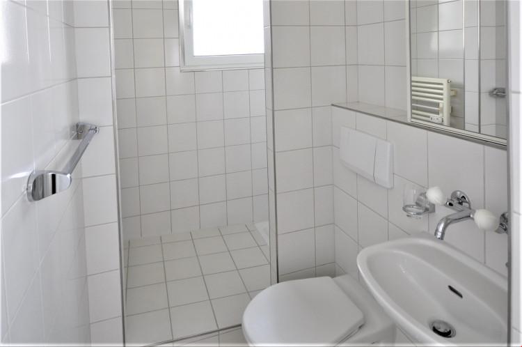 Separate Dusche mit WC