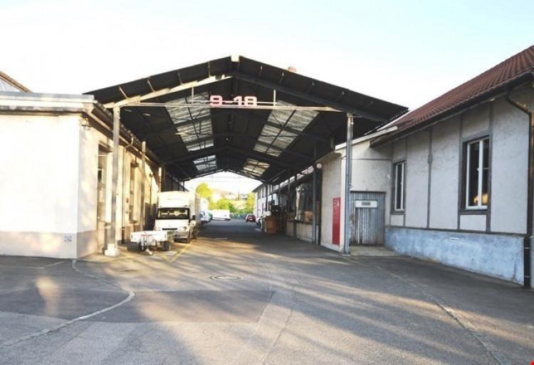 Zufahrt zum Tor zur Lagerhalle