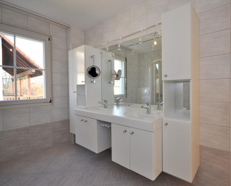 Badezimmer mit Doppellavabo und div. Schränken