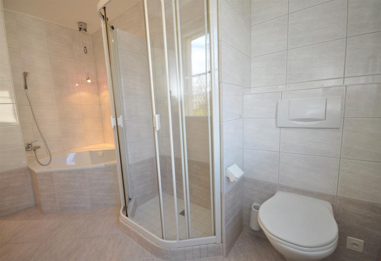Wohlfühl-Badewanne, Dusche, WC