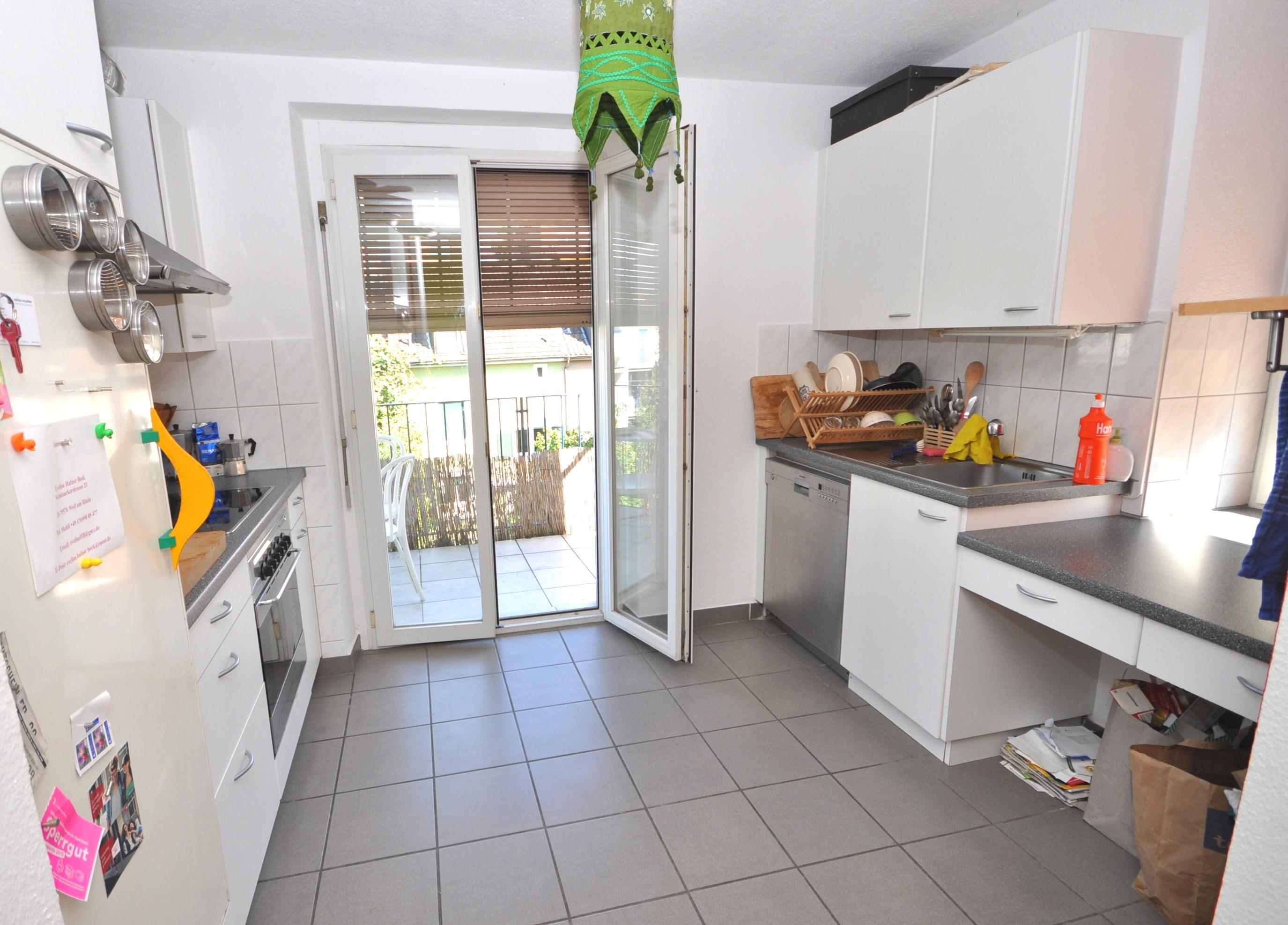 Küche mit Ausgang zu Balkon in der Dachwohnung