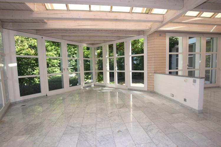 Wohn- und Esszimmer mit Ausgang in den Atriumgartensitzplatz