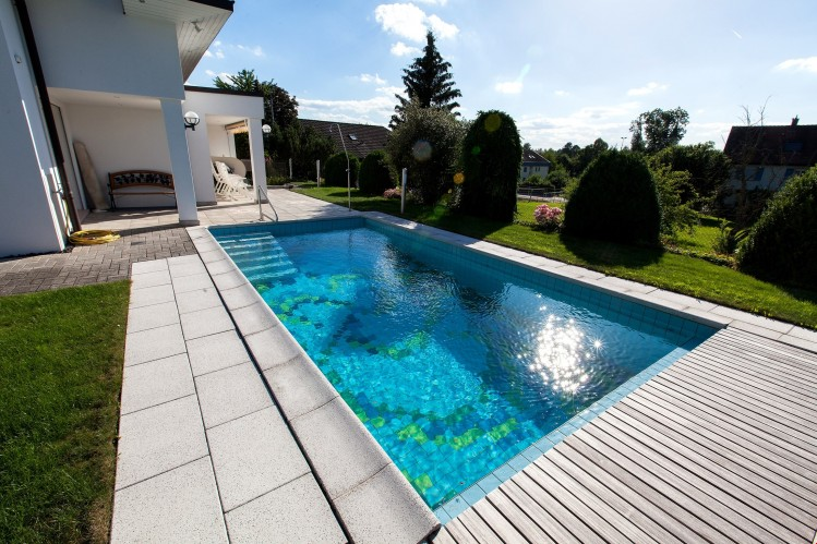 Swimmingpool mit Gartensitzplatz