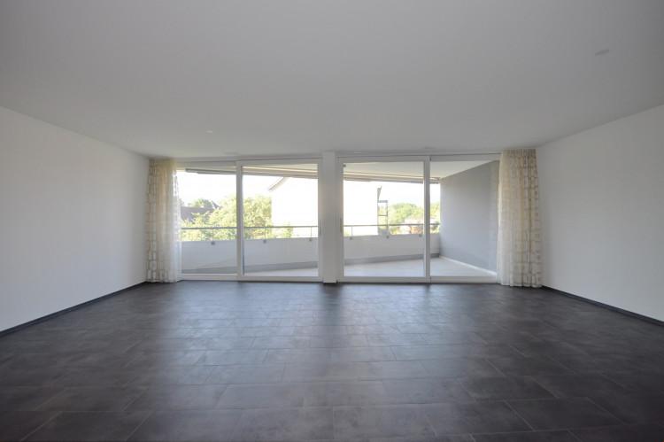 Wohnzimmer mit Ausgangsschiebetüren zum Balkon