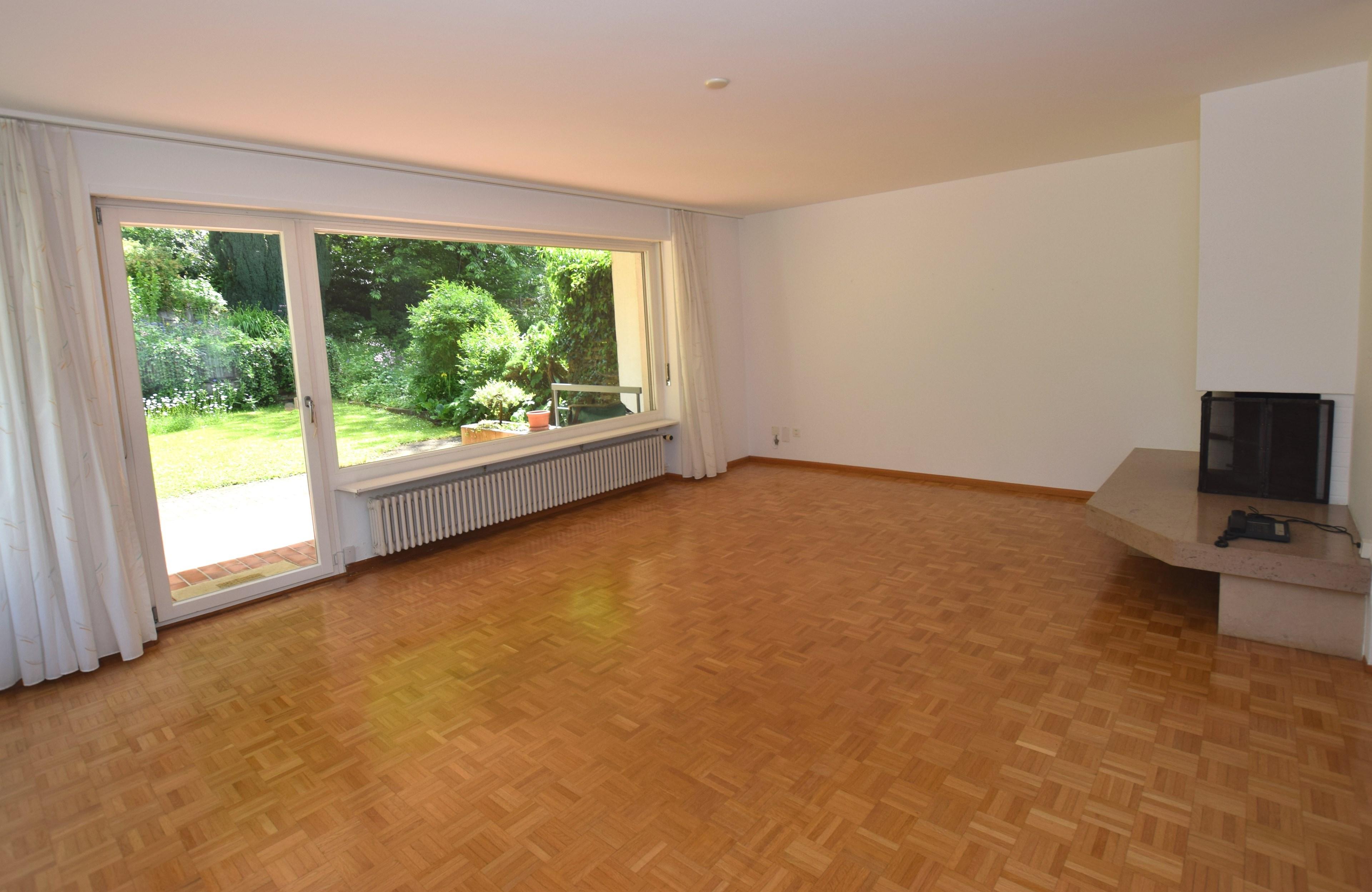 Wohnzimmer mit Cheminée und Ausgang zum Gartensitzplatz