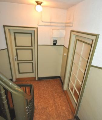 Treppenhaus mit Wohnung u. Einzelzimmer-Eingang