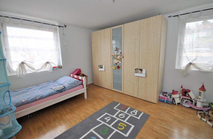 Helles Kinderzimmer mit Eckfenstern
