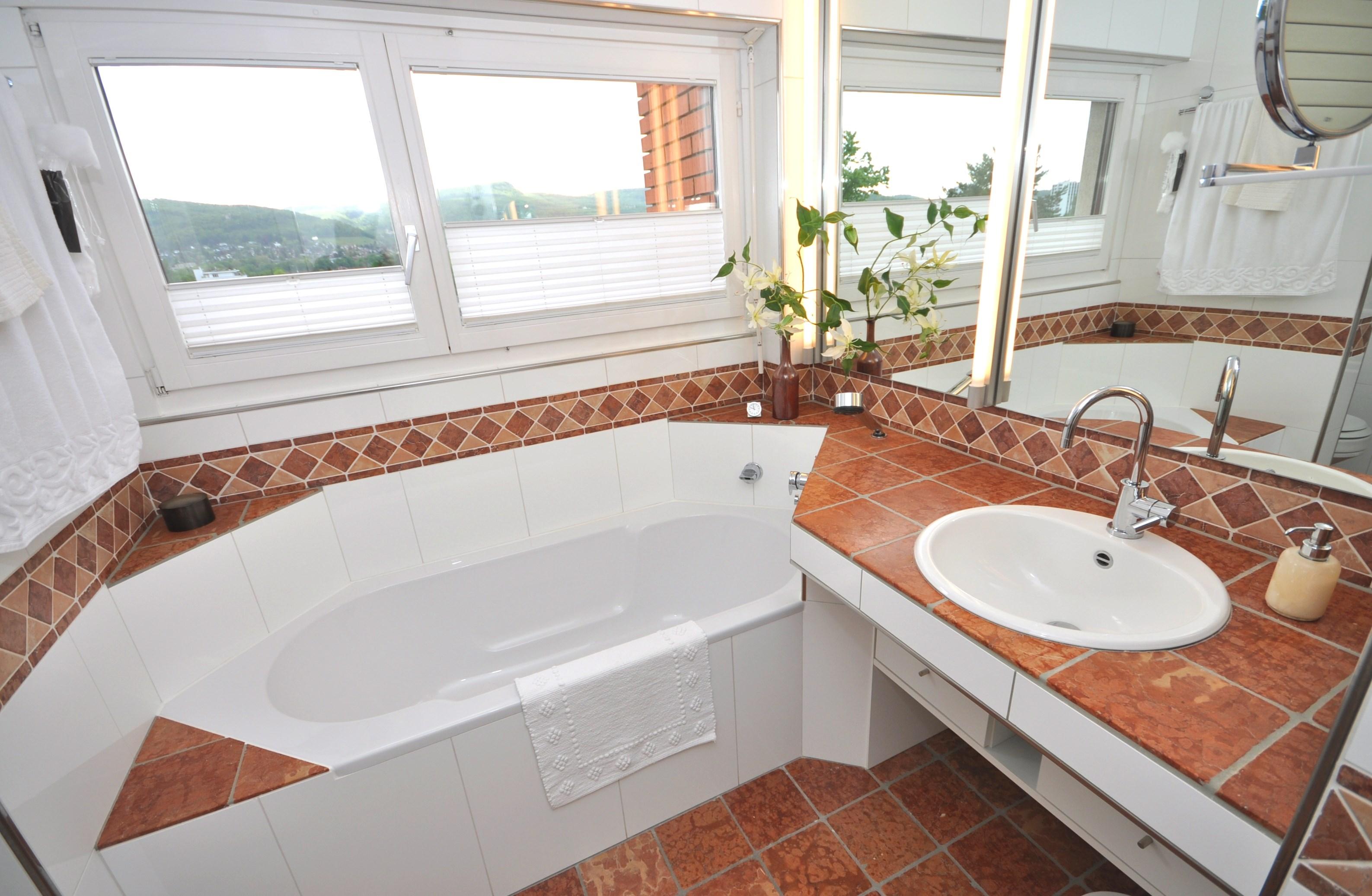 Modernes Badezimmer im Obergeschoss