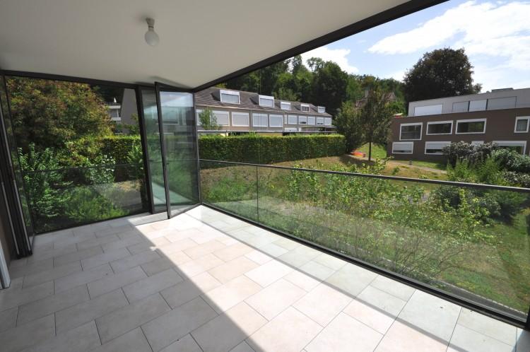 Wintergarten mit geöffneten Faltglastüren als Terrasse erweitert
