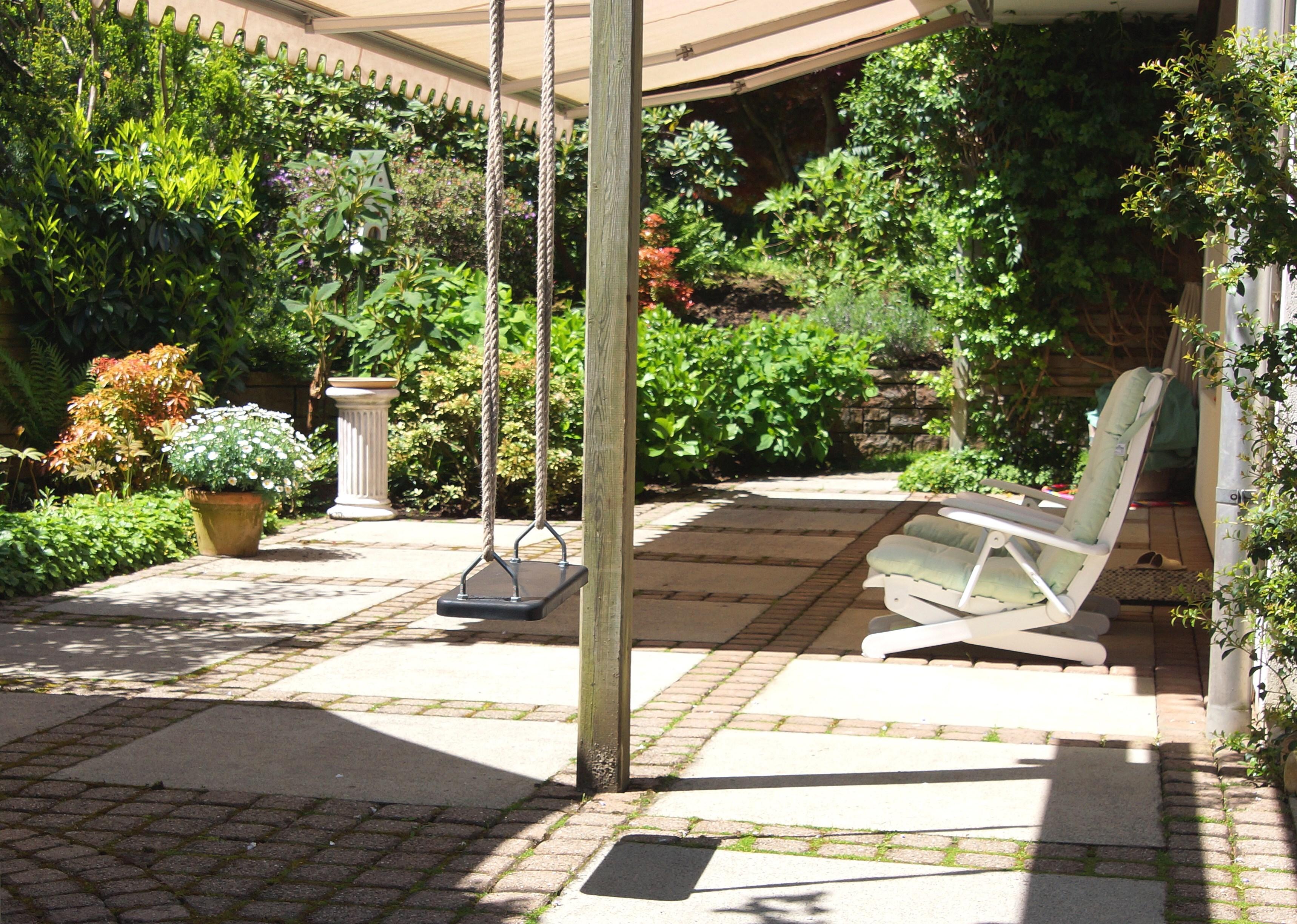 Gartensitzplatz beim Wohnzimmer auf der Südseite