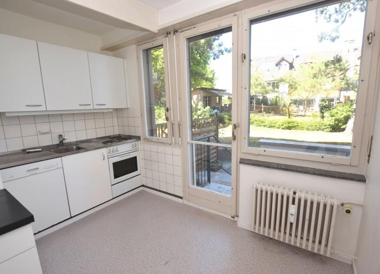 Einbauküche mit Ausgang zum Gartensitzplatz
