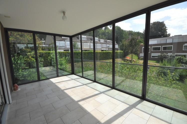 Wintergarten mit geschlossenen Faltglastüren