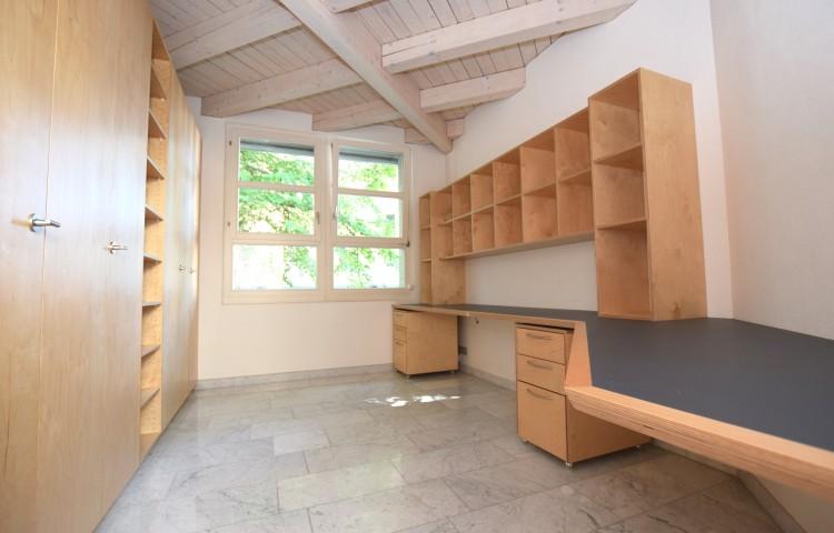 Kinderzimmer mit Büroeinrichtung und Garderobenschrank