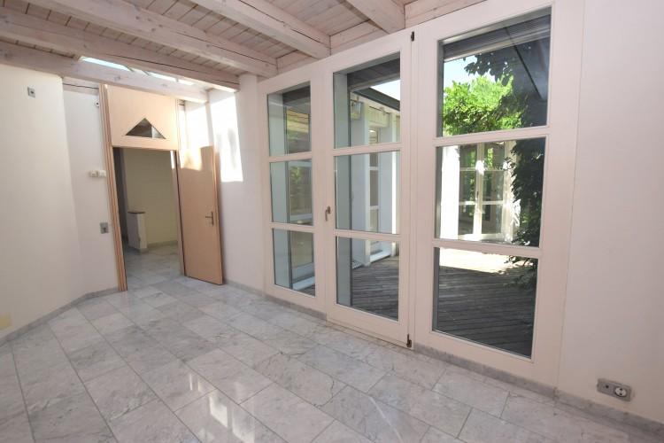 Elternschlafzimmer mit Ausgang zum Atriumgartensitzplatz