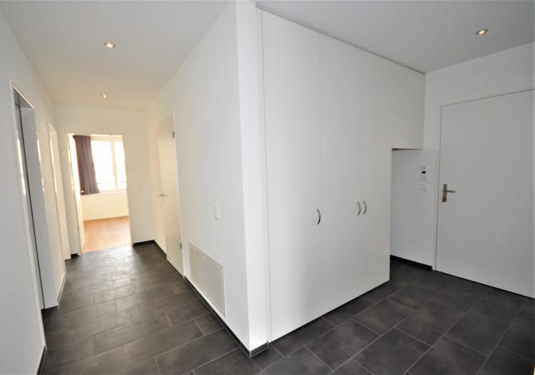 Entrée mit Wandschränken und Vorplatz zu den Schlafräumen, Bad/WC, Dusche/WC