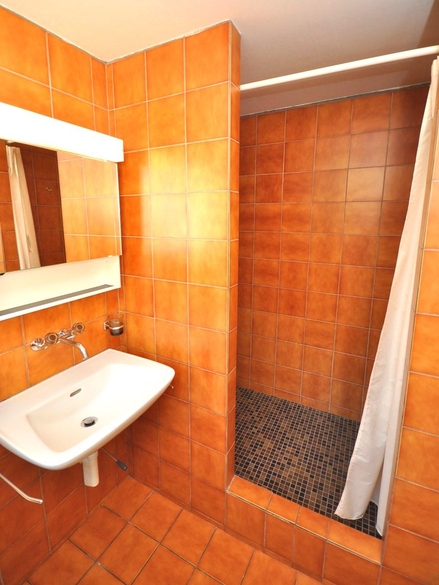 Dusche mit Lavabo und WC