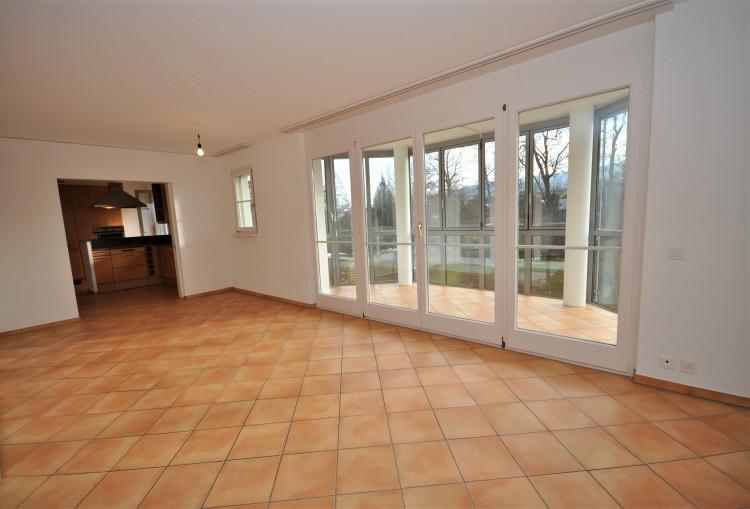Esszimmer mit Ausgang zum Wintergarten und Zugang zur Küche