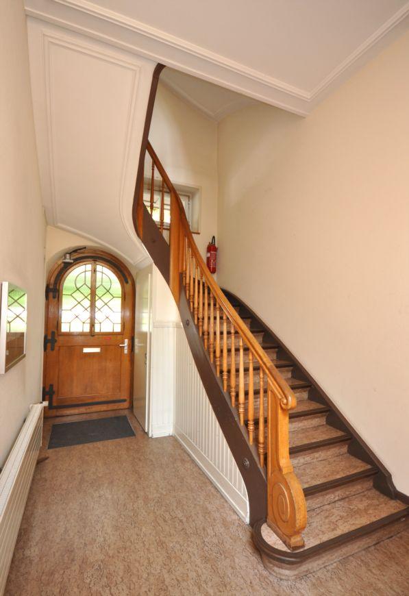 Hauseingang mit Treppenhaus