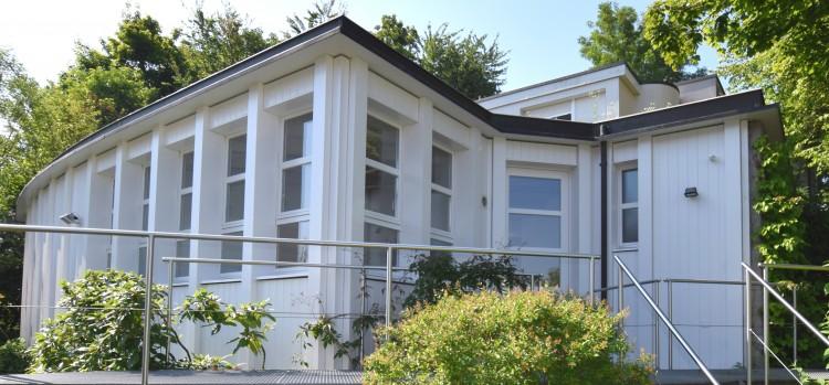 Pavillongebäude mit Wohnungseingang