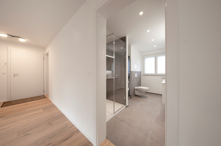 Entrée mit Dusche/WC in Musterwohnung