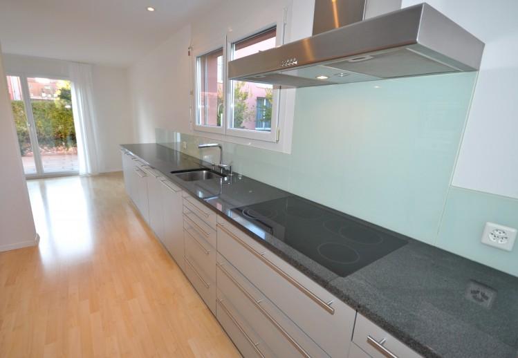 Moderne Einbauküche mit Frühstückszimmer