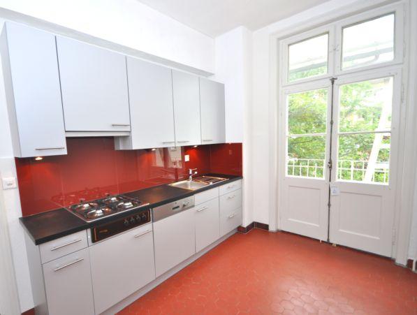 Einbauküche mit Ausgang auf Balkon